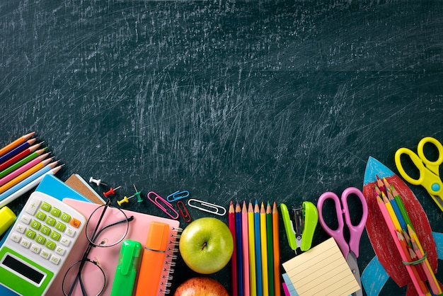Educação ou volta às aulas conceito na lousa