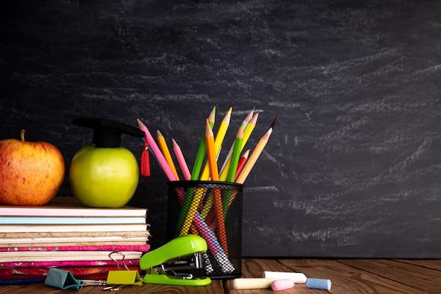 Educação ou volta às aulas em fundo de quadro de giz.