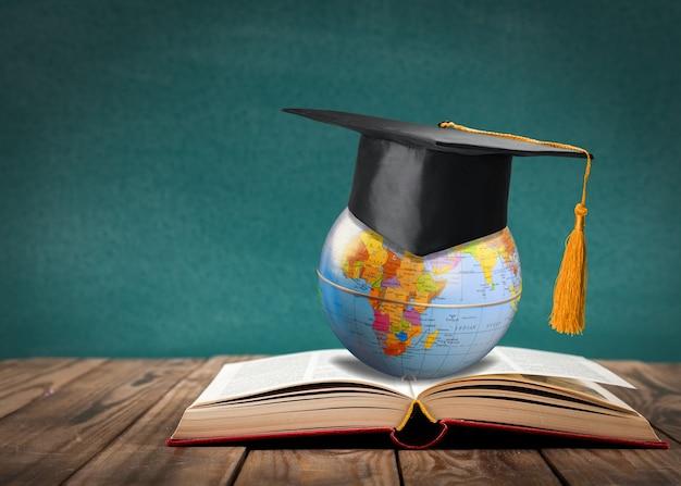 Educação para aprender a estudar no mundo. aluno graduado estudando ideia internacional no exterior.