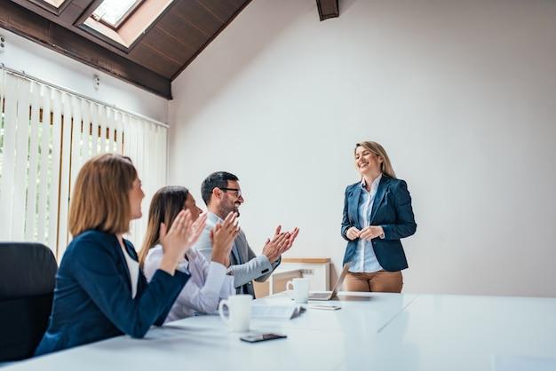 Educação profissional bem sucedida, reunião de trabalho, apresentação ou coaching