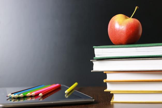 Educação uma maçã e livros
