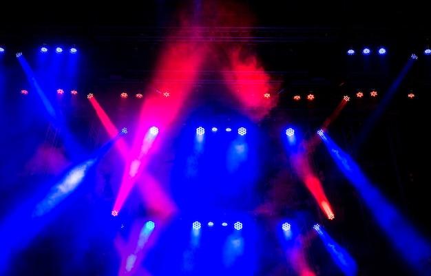 Efeito da iluminação do palco no escuro, figura difusa