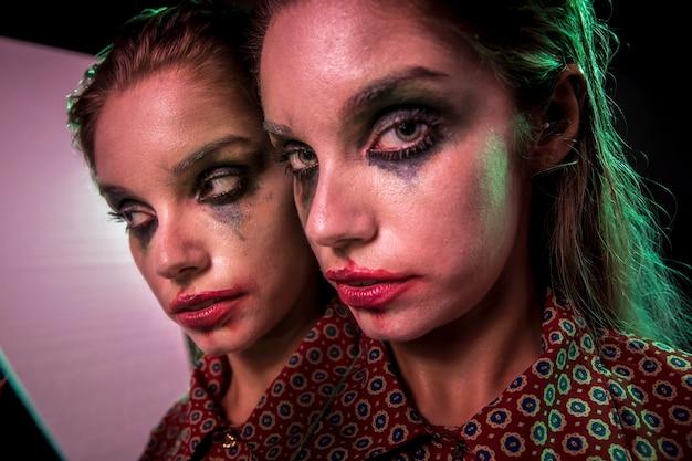 Efeito de espelho múltiplo de mulher olhando para a câmera