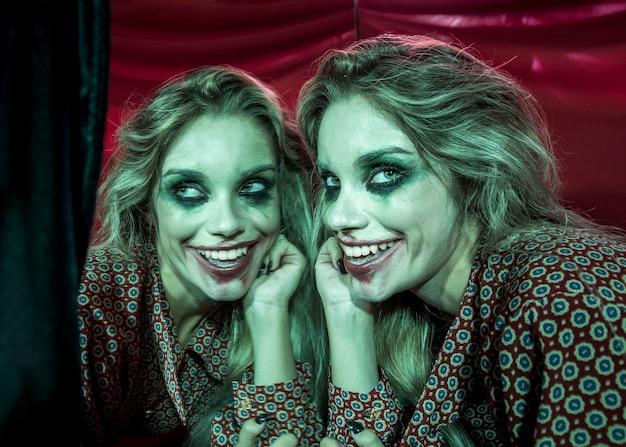 Efeito de espelho múltiplo de mulher segurando sua cabeça e sorrindo