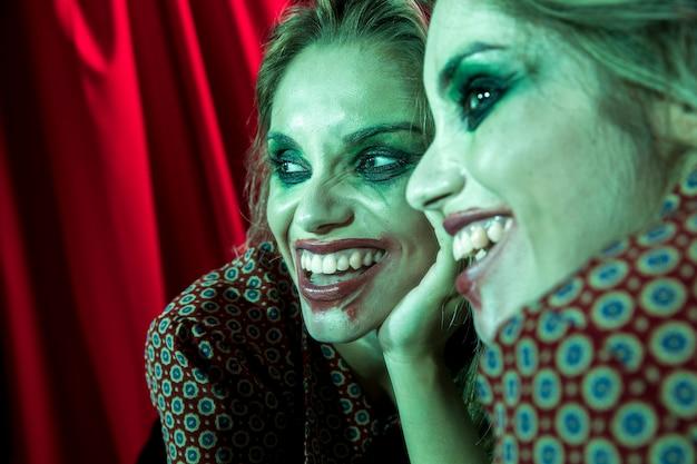 Efeito de espelho múltiplo de mulher sorrindo como coringa