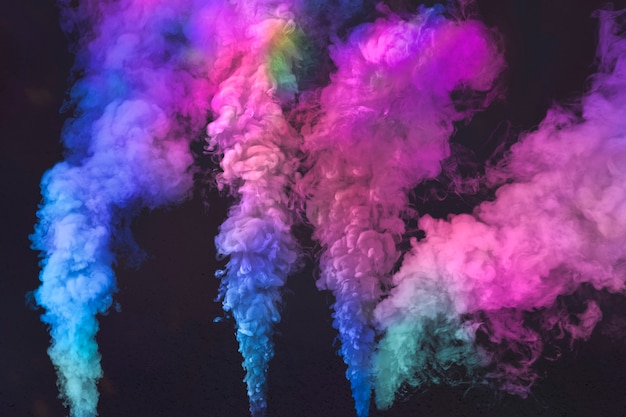 Efeito de fumaça rosa e azul em um papel de parede preto