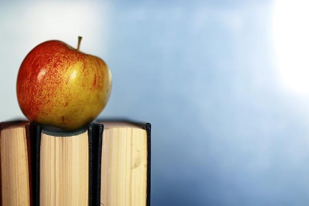 Efeito grunge foto livro educacional pilha caneta maçã