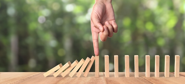 Efeito mão e domino parado por um único