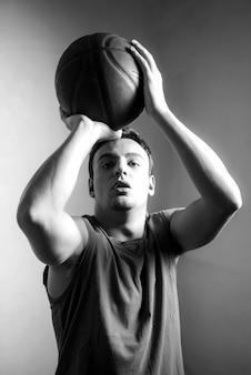 Efeito preto e branco do jogador de basquete