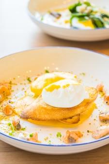 Egg benedict com salmão