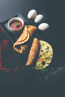Egg chapati - omelette roll ou franky. receita popular indiana, rápida e saudável para tiffin infantil ou lancheira. servido sobre fundo temperamental. foco seletivo
