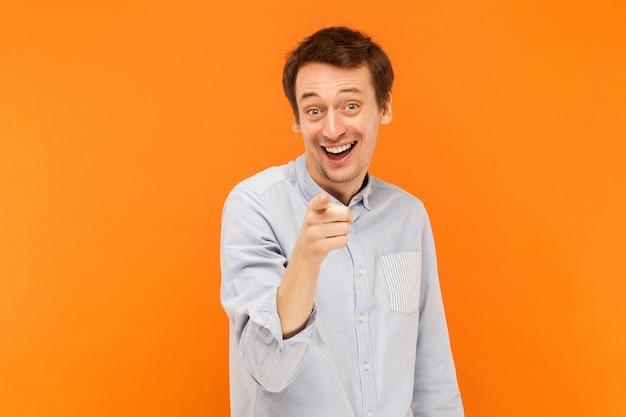 Ei, homem da felicidade, apontando o dedo para a câmera e sorrindo