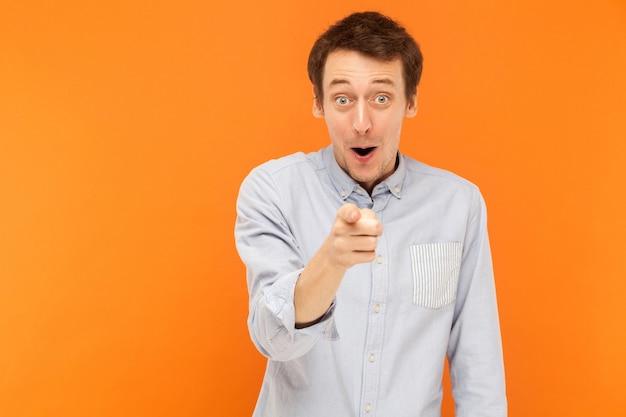 Ei, seu homem chocado apontando o dedo para a câmera