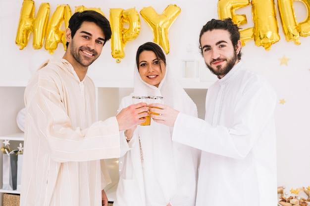 Eid al-fitr conceito com amigos bebendo chá