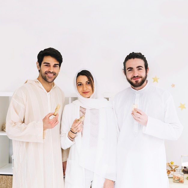 Eid al-fitr conceito com grupo de amigos