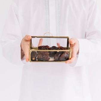 Eid al-fitr conceito com homem segurando caixa de datas
