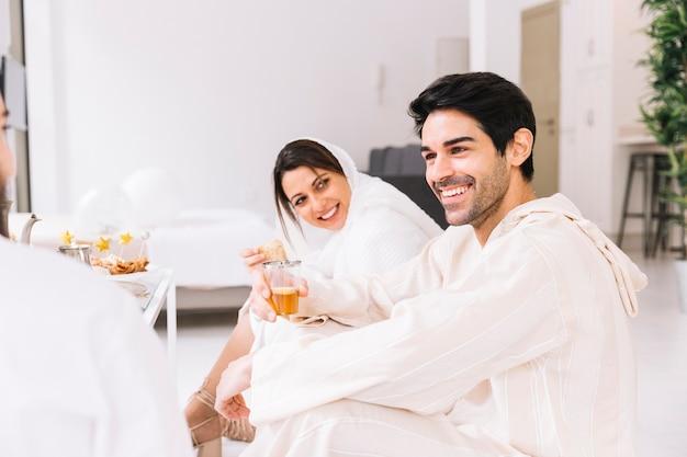 Eid conceito com feliz grupo de amigos