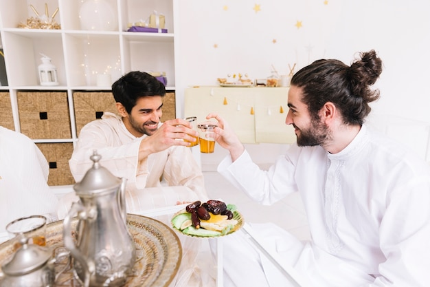 Eid conceito com grupo de amigos comendo