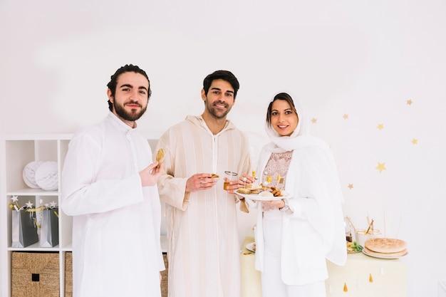 Eid conceito com um grupo de três amigos
