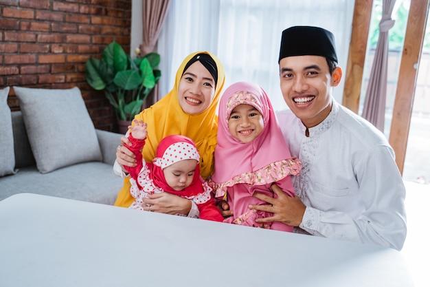 Eid mubarak família asiática em casa
