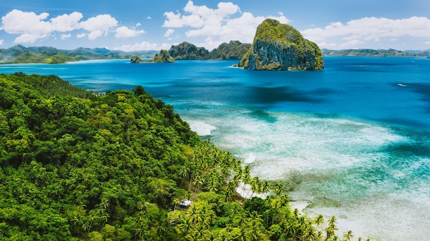 El nido, palawan, filipinas. vista aérea panorâmica da exótica ilha tropical de pinagbuyutan, azul