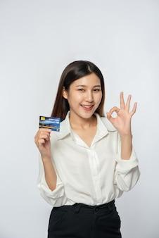 Ela estava vestida com uma camisa branca e calça escura para ir às compras e tinha um cartão de crédito