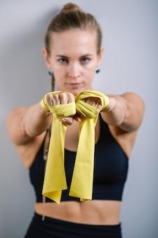 Elástico de mulher para fitness. mulher eslava de esportes em um terno preto.