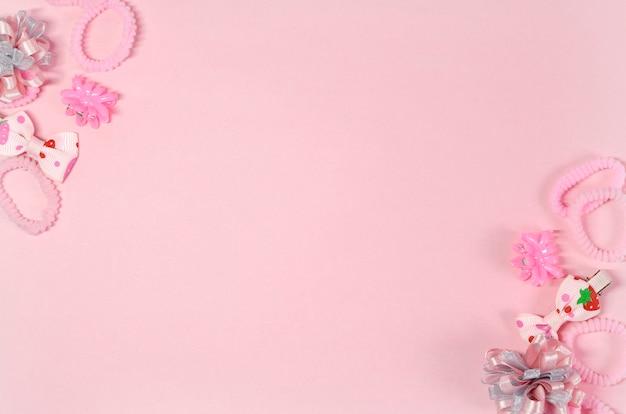 Elásticos e ganchos de cabelo para um pequeno fashionista em cores rosa