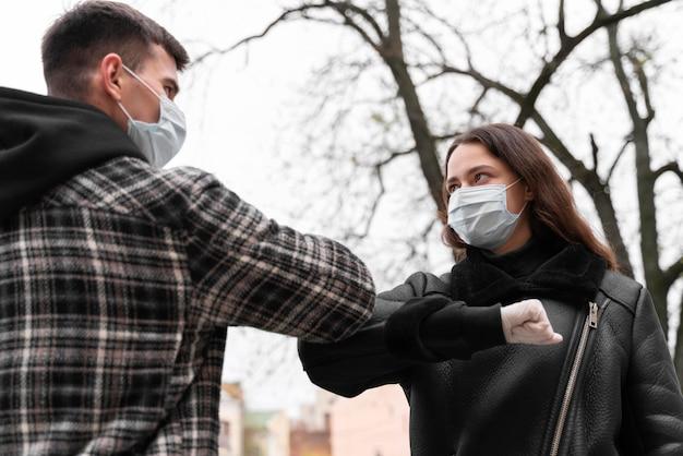 Elbow bump cumprimentos alternativos e uso de máscaras