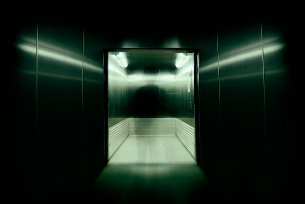 Ele era a alma ou possuía almas imortais nas portas dos elevadores de escritórios., usava efeitos de desfoque e zoom de obturador de longa velocidade.