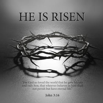Ele está ressuscitado. design de pôster de páscoa coroa de espinhos símbolo da crucificação luz de fundo escura renderização 3d