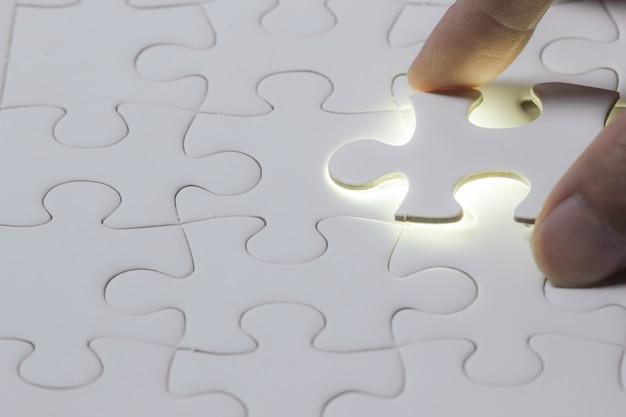 Ele pegou a mão do quebra-cabeça ou colocá-lo em falta ou completa com espaço à esquerda.