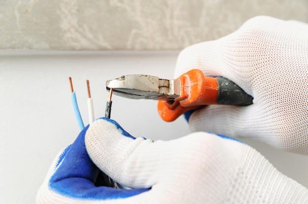Electrican reduz o fio elétrico.
