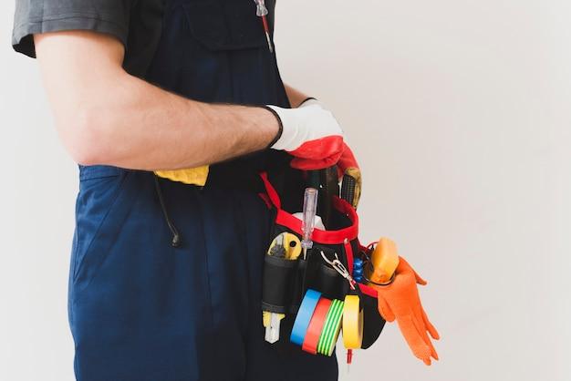 Electricista de colheita pegando ferramentas