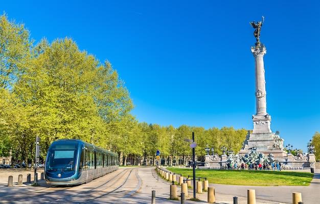 Eléctrico perto do monument aux girondins em bordéus - frança, aquitânia