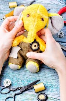 Elefante brinquedo artesanal