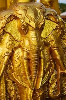 Elefante dourado com belas artes e arquitetura em wat paknam jolo, bangkhla, província de chachoengsao, tailândia