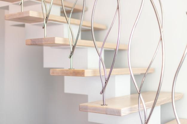 Elegância contemporânea projetado escadas em uma sala moderna branca de apartamento de luxo.