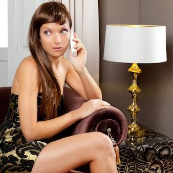 Elegância moda mulher falando telefone no sofá