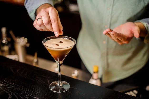 Elegante barman espresso bebida cocktail branco espuma de café em grão