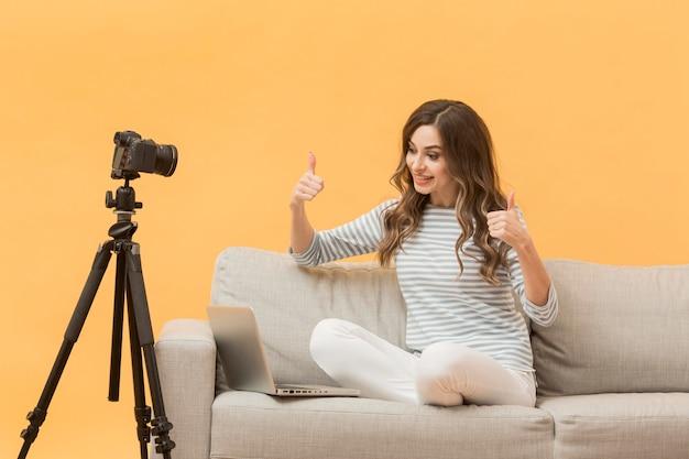 Elegante blogueiro feliz em gravar vídeo