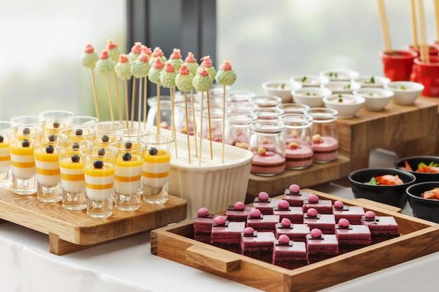 Elegante buffet de sobremesas coloridas