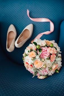 Elegante buquê de casamento com flores naturais frescas e folhagens
