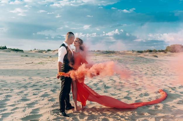Elegante casal adorável posando na praia