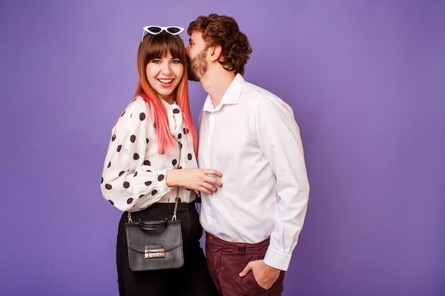 Elegante casal apaixonado, abraçando e beijando