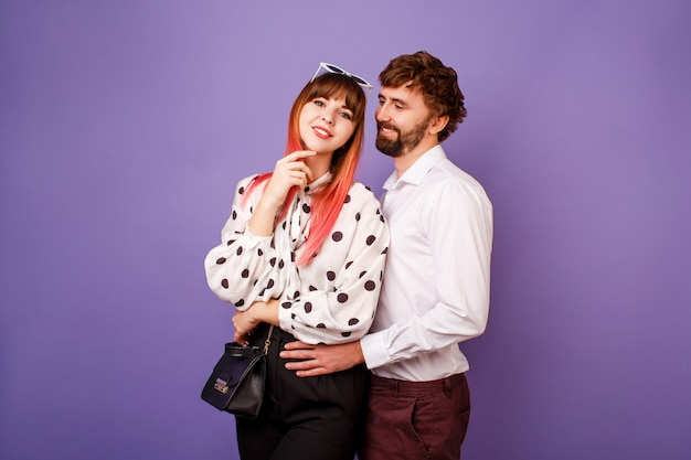 Elegante casal apaixonado abraçando