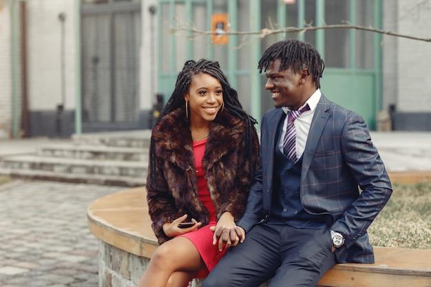 Elegante casal preto, passar o tempo em uma cidade de primavera