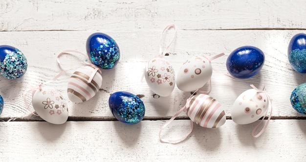 Elegante composição bonita com ovos de páscoa azuis.