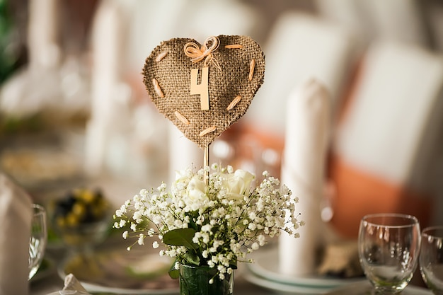 Elegante decorado com bom gosto com flores e acessórios hall