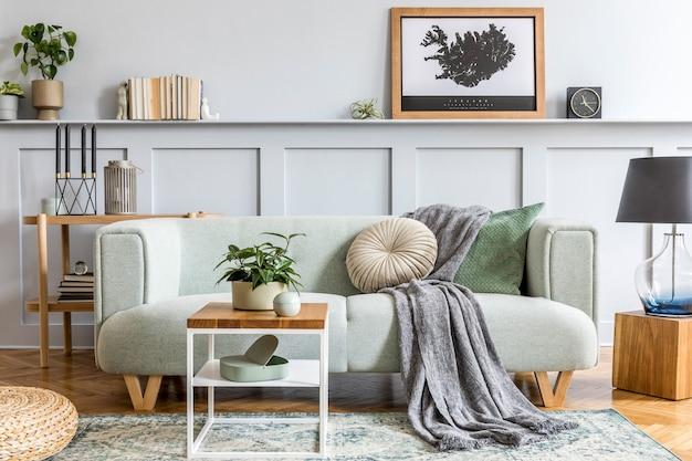 Elegante design de interiores de sala de estar com sofá moderno, console de madeira, cubo, mesa de centro, abajur, planta, moldura de pôster, travesseiros, xadrez, decoração e acessórios elegantes na decoração da casa.